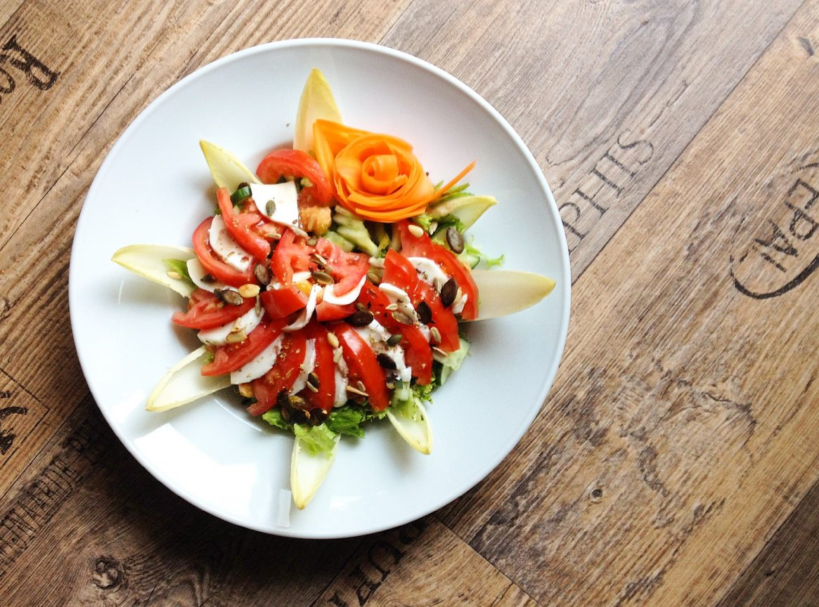 Gesunder Chicorée-Salat mit Tomaten