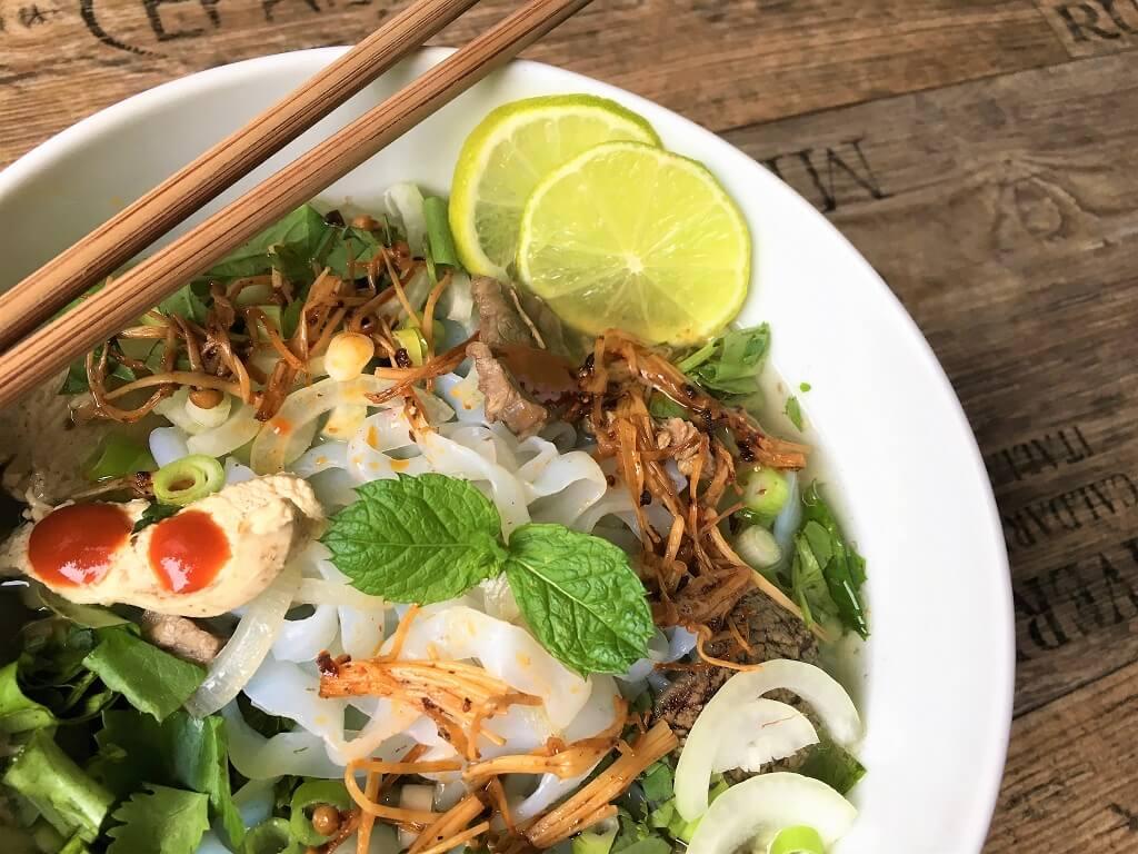 Leckere vietnamesische Reisbandnudelsuppe