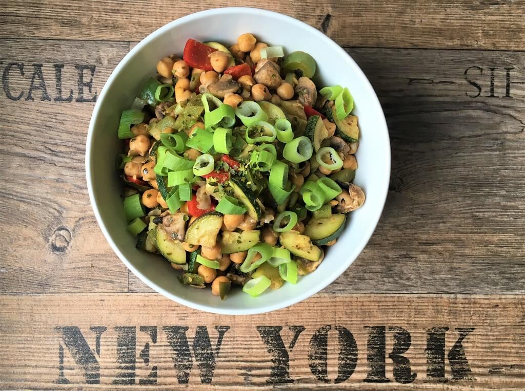 Leckerer Kichererbsensalat mit Gemüse