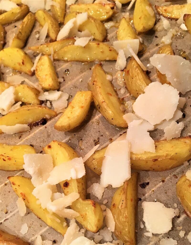 Gebackene Kartoffelecken mit Parmesanhobeln