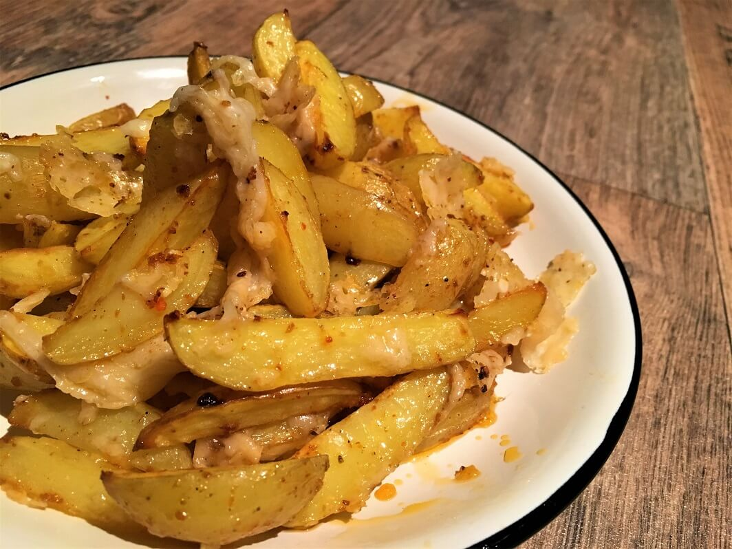 Knusprige Kartoffelecken mit zerlaufenem Parmesan