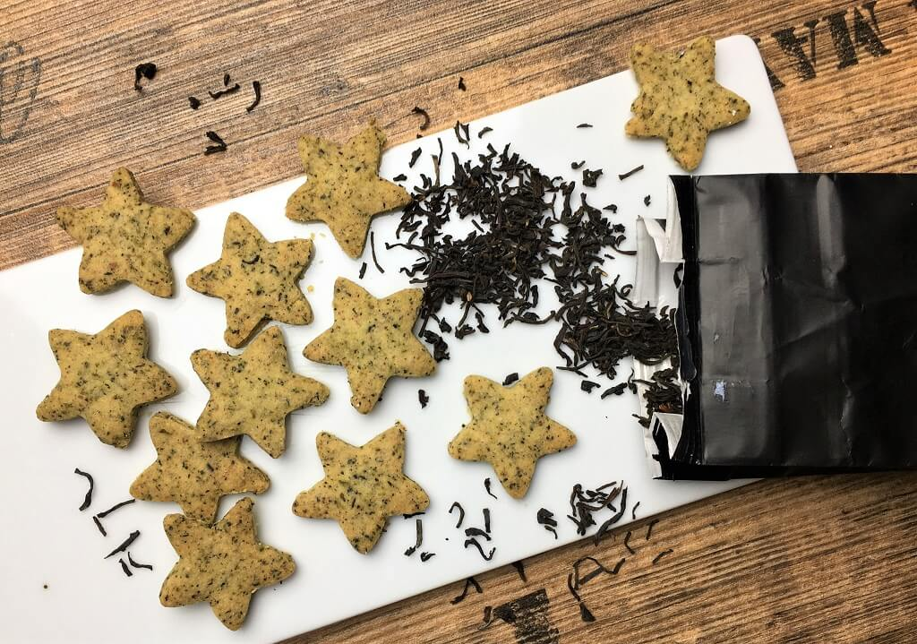 Kekse mit schwarzem Tee